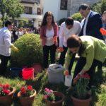 """Incidenti pas mbjelljes së luleve, Bledi Çuçi """"thumbon"""" Zamira Ramin dhe Vangjel Tavon para kamerave"""