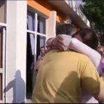 Përqafimi me bashkëshortin dhe batutat e Kumbaros, momenti i shpalljes së rezultatit në Përmet (VIDEO)
