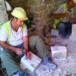 Njihuni me Gramozin, mjeshtrin e gurit nga Berati që punon për restaurimin e Pazarit të Gjirokastrës