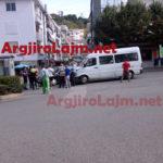 Aksident në Gjirokastër, makina përplaset me furgonin e udhëtarëve në '18 Shtatori' (FOTO)