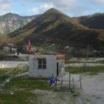Fushëbardhës i mbyllin shkollën, nxënësit bëjnë 18 km rrugë për shkollën më të afërt
