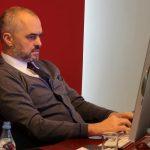 Gjirokastriti i 'përvishet' Ramës në Facebook: Të besuam po na dole kot fare. Kryeministri: Bla bla bla kjo e jotja Flori