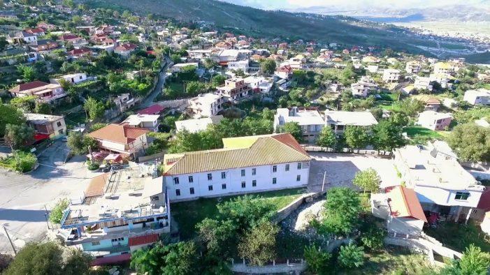 Mbollën 80 rrënjë kanabis në oborrin e banesave, kapen dy të rinj nga Lazarati