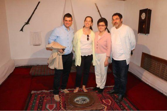 Gjirokastër, ministrja, deputetët dhe ambasadorja kineze vizitë te shtëpia e Enver Hoxhës (FOTO)