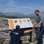 Kalaja e Gjirokastrës, vendosen tabela informuese shqip-anglisht për turistët (FOTO)