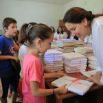 Libra falas për nxënësit/ Kumbaro në Nepravishtë, Golemi në Gjirokastër (FOTO)