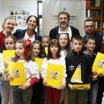 Lëvizja Kombëtare për Lexim mbërrrin në Gjirokastër, Kumbaro dhe Çuçi dhurojnë libra për bibliotekën dhe nxënësit e shkollës 'Urani Rumbo' (FOTO)