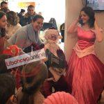 Kumbaro dhe drejtoresha e ADISA Gjirokastër japin dhurata për fëmijët në nevojë (FOTO)