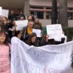 Bravo çuna dhe goca! Studentët e Gjirokastrës më në fund dalin në protestë