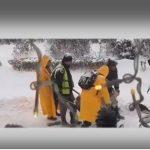 Punëtorët e Bashkisë Gjirokastër japin leksione si shkrihet dëbora, 5 vetë pas një karroce… (VIDEO)