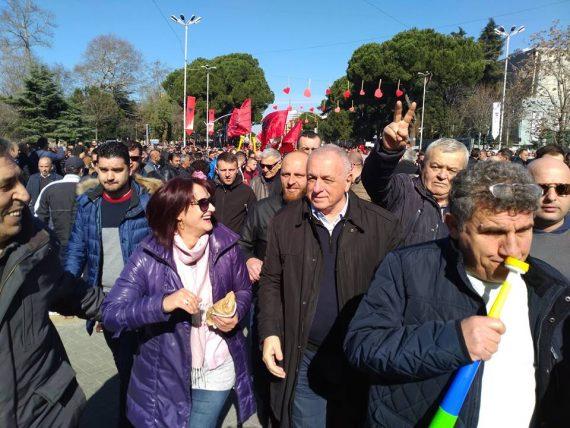 Dasho Aliko thirrje protestuesve nga Gjirokastra: Sot Shqipërisë i erdhi radha të marrë frymë lirisht
