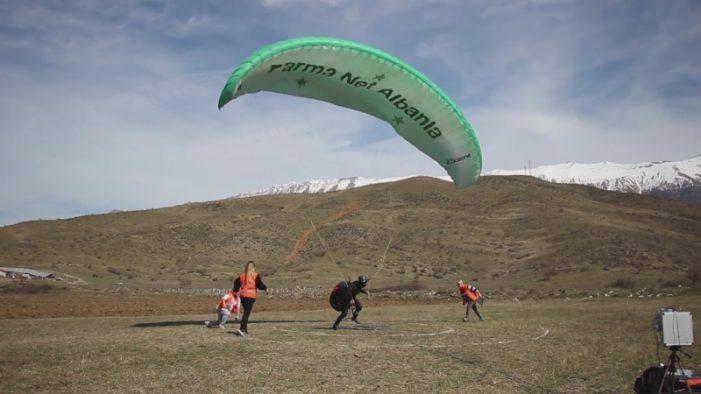"""""""Gjiro Open Air"""", nis kampionati i tetë i fluturimeve nga ajri në Gjirokastër (FOTO)"""