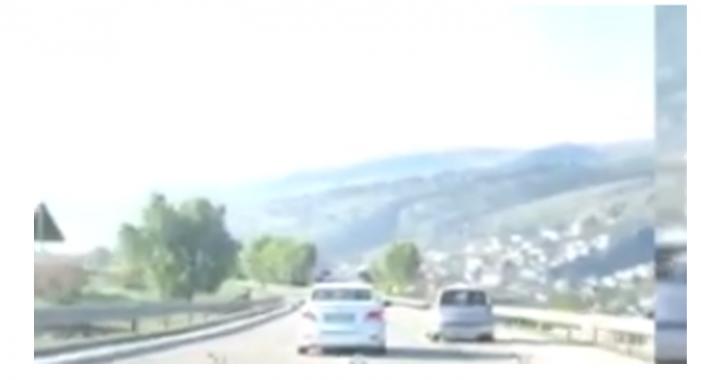 Në shkelje të ligjit, shihni si parakalon makina e policisë rrugore në Dervician (VIDEO)