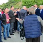 Opozita bllokon rrugët në Gjirokastër, revoltohen udhëtarët: 'Turp, turp… nuk merret vota me dhunë' (VIDEO)