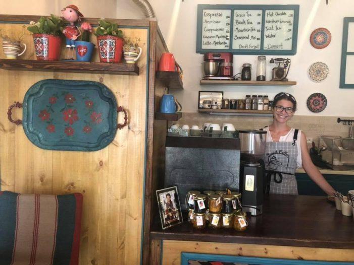 Braktis Amerikën për të jetuar në Gjirokastër, kush është Brenna, vajza që ka hapur një ëmbëltore pranë Xhamisë së Pazarit (FOTO)