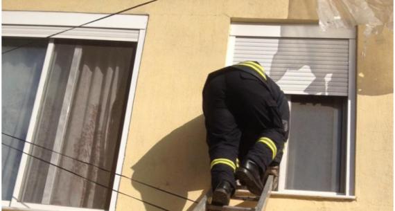 Gjirokastër, vajza 4-vjeçare mbetet e bllokuar brenda pasi nëna doli dhe harroi çelësin e shtëpisë, ndërhyjnë forcat zjarrfikëse