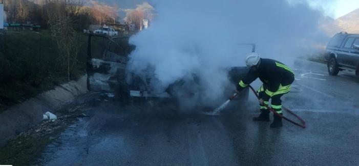 Gjirokastër, merr flakë makina tek Ura e Kardhiqit (FOTO)