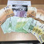 Kakavijë, bllokohen 35 mijë euro në kufi. Ndiqet penalisht i riu që tentoi t'i kalonte pa i deklaruar