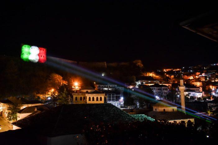 Flamuri italian në Kalanë e Gjirokastrës, solidaritet me viktimat e Covid-19 (VIDEO)