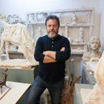 Covid 19 i rrezikon jetën skulptorit të njohur nga Gjirokastra, miqtë bëjnë thirrje për ndihmë