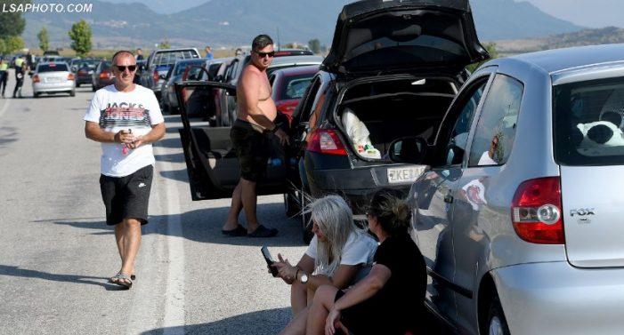 Radhët do të vijojnë, nga nesër në Greqi do të lejohet të hyjnë vetëm 1050 shtetas në dy pikat kufitare