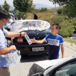 Kryetari i Bashkisë Gjirokastër shkon në Kakavijë, shpërndan ujë për emigrantët që presin në radhë (FOTO)