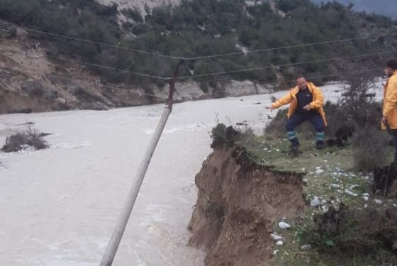 Shtyllat i ka marrë lumi, elektriçistët e OSHEE Gjirokastër në terren për të rikthyer energjinë në Cepo e Lunxhëri (FOTO)