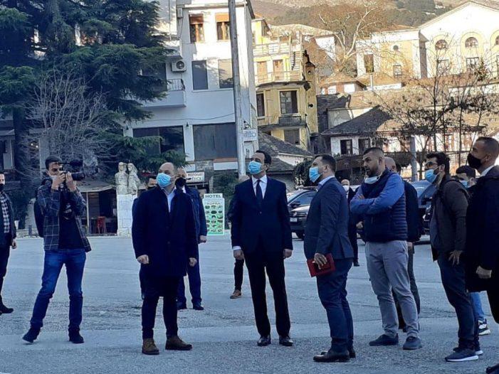 Albin Kurti vijon fushatën në Shqipëri, viziton Gjirokastrën dhe nderon Çerçiz Topullin