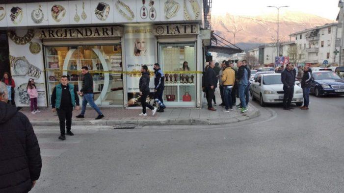 Persona të armatosur grabisin një argjendari në Gjirokastër (VIDEO)