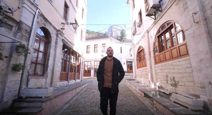 Pas karrierës si futbollist rikthehet në Gjirokastër me bashkëshorten greke, njihuni me historinë e Gjergji Dhimës dhe 'Black Rose' (VIDEO)