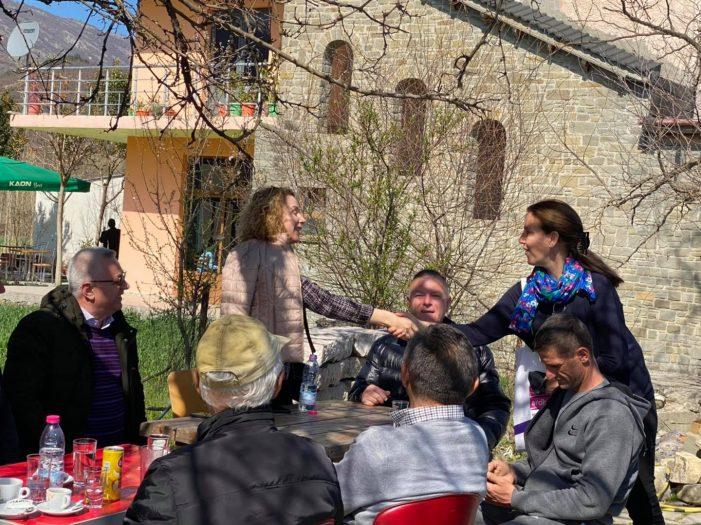 Kandidatja e PD-së në Gjirokastër shtrëngon dorën me Mirela Kumbaron, njerëzit që kishte thirrur në takim i bëjnë urimin që vuri në siklet Entela Shehajn (FOTO)