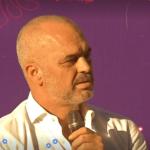 Rama publikon videon nga dëgjesa publike në Libohovë, në sfond muzika e valles 'Katjushka'