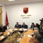 Përmbytjet në Gjirokastër, prefekti Astrit Aliaj jep porositë në shtabin e emergjencave